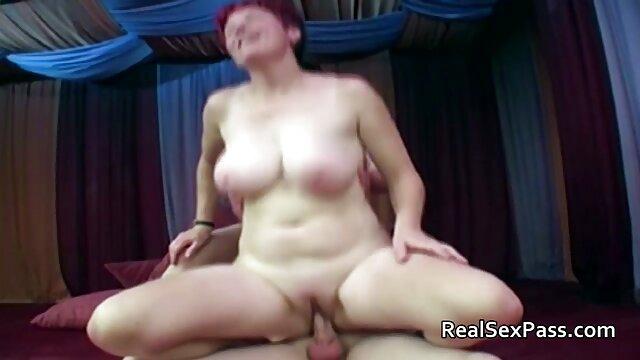 MILF británica sumisa videos pornos de lesvianas en español se atraganta con un consolador y recibe una follada anal
