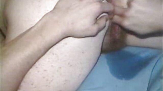 Muñeca asiática tetona disfruta de una sesión de sexo peliculas lesvianas en español duro con un tipo peludo