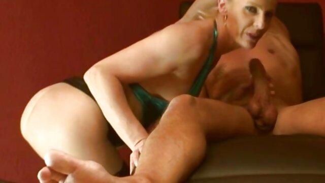 Señora lujuriosa se burla de semental españolas lesvianas follando con sus pies y recibe martilleo