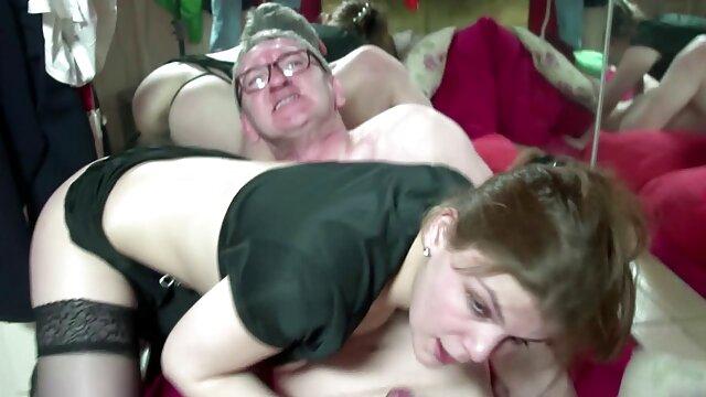 Guapa adolescente y viejo papá pasan las vacaciones teniendo maduras españolas lesvianas sexo sensual