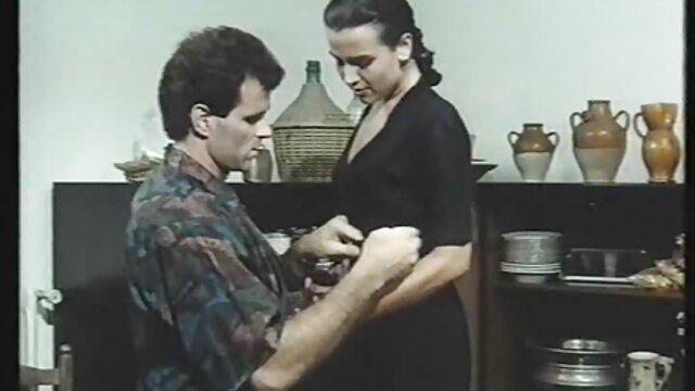 Rubia lesviana en español cachonda es follada rápidamente en un vestuario público