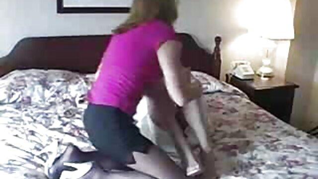Alison Rey lame el coño a Isabella Nice mientras videos en español de lesvianas habla por teléfono